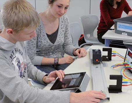 System TESS to również oprogramowanie. Obejmuje ono program interTESS oferujący literaturę eksperymentalną w formie cyfrowej, wieloplatformową aplikację measure do sterowania przyrządami, akwizycji i analizy danych pomiarowych, oraz platformę curricuLAB oferującą wsparcie dla uczniów i nauczycieli w procesie edukacji.