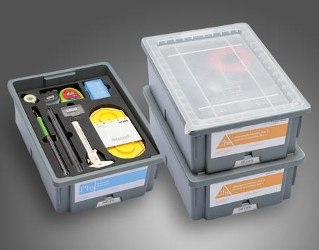 Doskonale przemyślany, przejrzysty i kompaktowy system przechowywania, zapewniający łatwy dostęp do urządzeń. Wykonane z wytrzymałego tworzywa sztucznego pojemniki pozwalają na piętrowe ustawianie zestawów, a piankowe wkłady umożliwiają łatwą kontrolę ukompletowania po zajęciach.