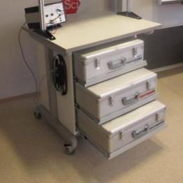 Stolik mobilny z regałem na zestawy demo, blat 90 x 75 x 3 cm, 3 gniazdka elektryczne