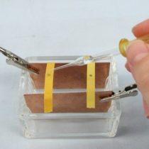 Kompletny zestaw eksperymentalny: Test, za pomocą papierka wskaźnikowego, potwierdzający migrację jonów