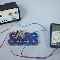 Kompletny zestaw eksperymentalny: Natężenie prądu i napięcie w połączeniu szeregowym ogniw słonecznych